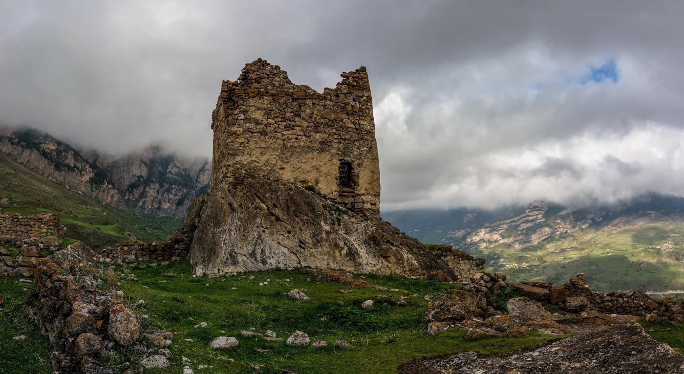 сторожевая башня 11-13 в. , селение Донифарс, Алания , Дигорское ущелье.
