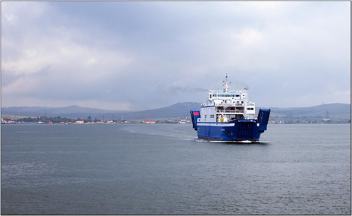Отсюда началось мое путешествие по Крыму. Паромы отплывают каждые полчаса, время в пути 20 минут. Очередей нет.