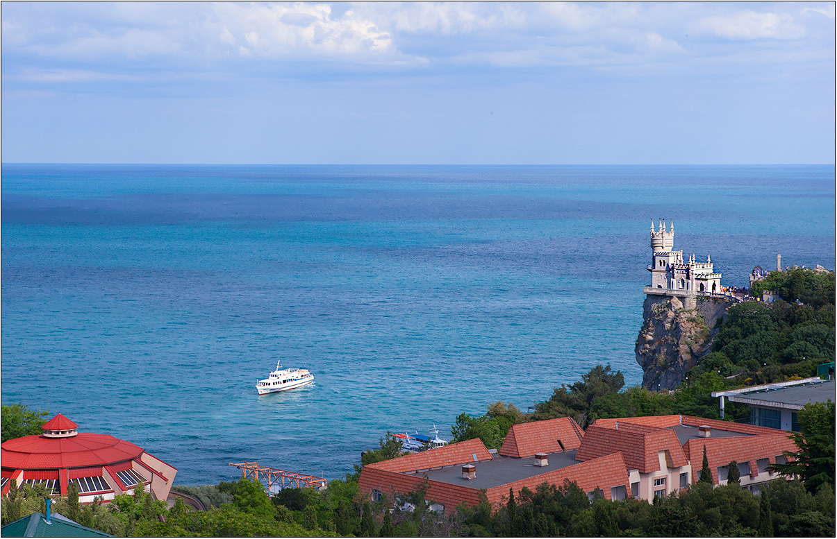 """Этот причудливый маленький замок стал эмблемой Крыма. """"Ласточкино гнездо"""" расположено на выступе Аврориной скалы и нависает над морем. В 1927 году после знаменитого крымского землятрясения скала под замком треснула. В 60-е годы скалу укрепили бетоном, но со временем появилась новая проблема: бетон стал разрушать материал горы. Замку предстоит новая реставрация."""