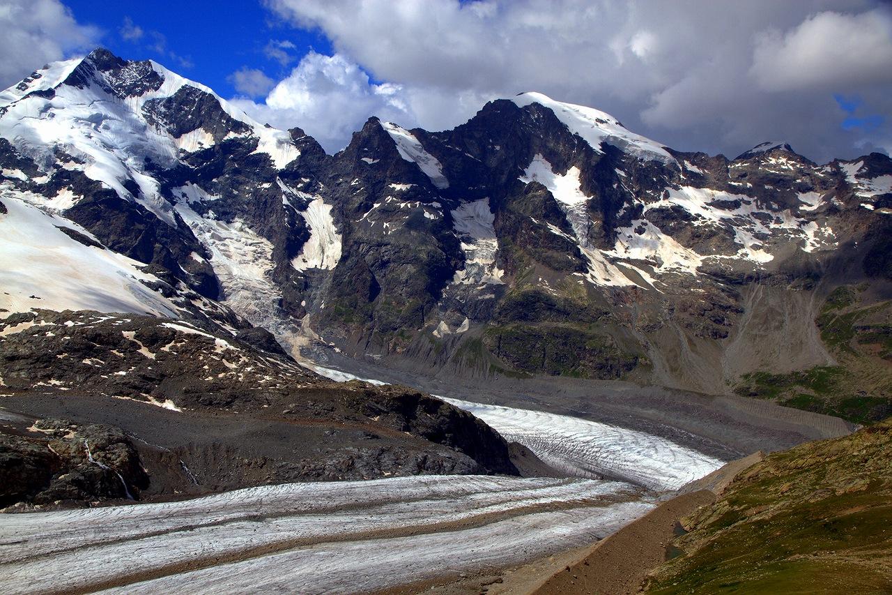 * * *По легенде, в давние времена на этой горе жила прекрасная фея, которая заманивала путников, и они исчезали навсегда.Но и сами панорамы этих мест очаровывают не хуже феи ...* * *Гора Дьяволецца, 2978 м, вид на ледник Мортерач и массив Бернина.Швейцария, Энгадин, июль 2016.