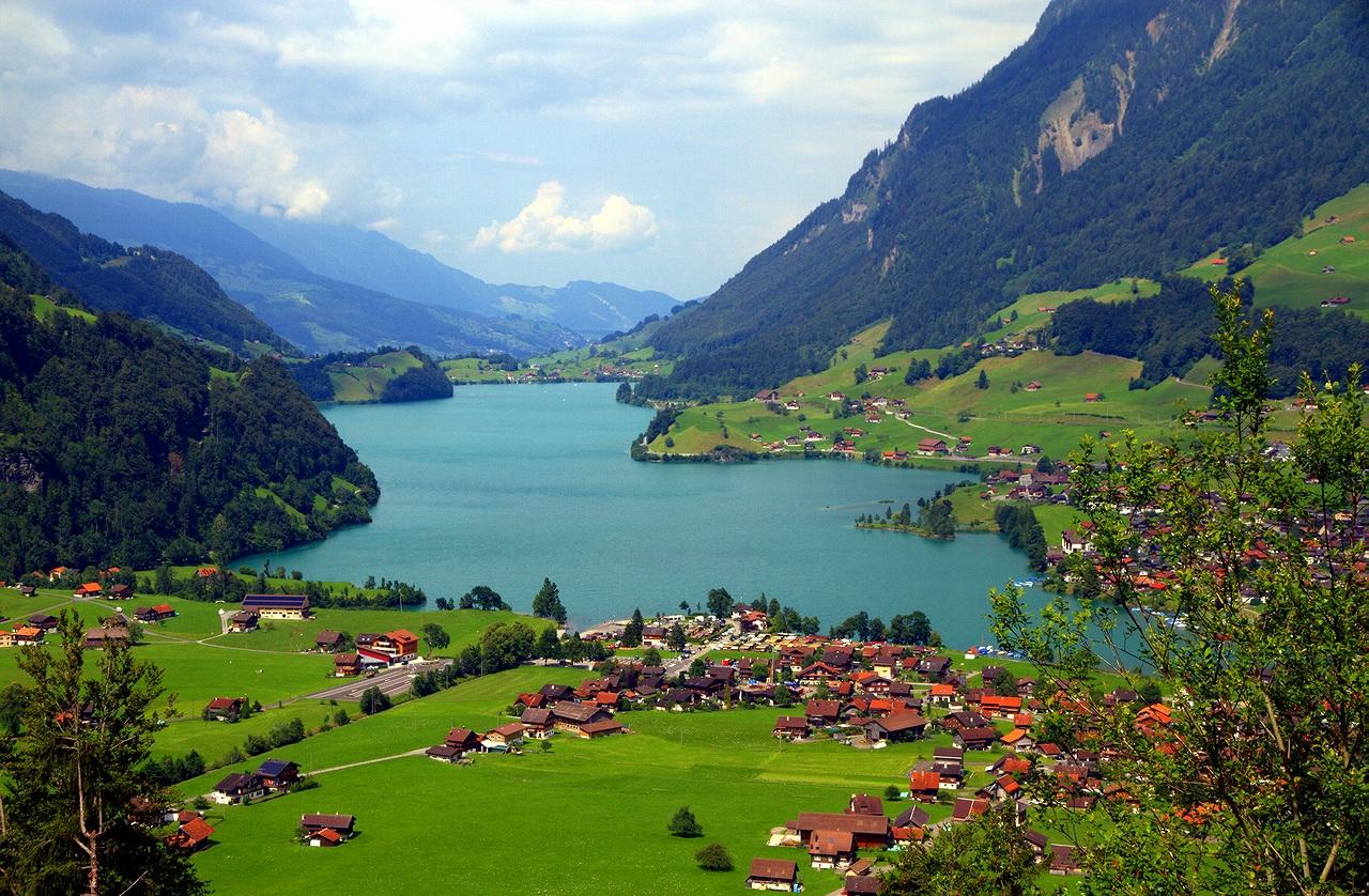 * * * Это озеро доступно только с северной стороны, с трех сторон окружено альпийскими горами. Достигает глубины в 68 м и лежит на самой высокой части кантона.* * *Озеро Лунгерн, кантон Обвальден, Швейцария