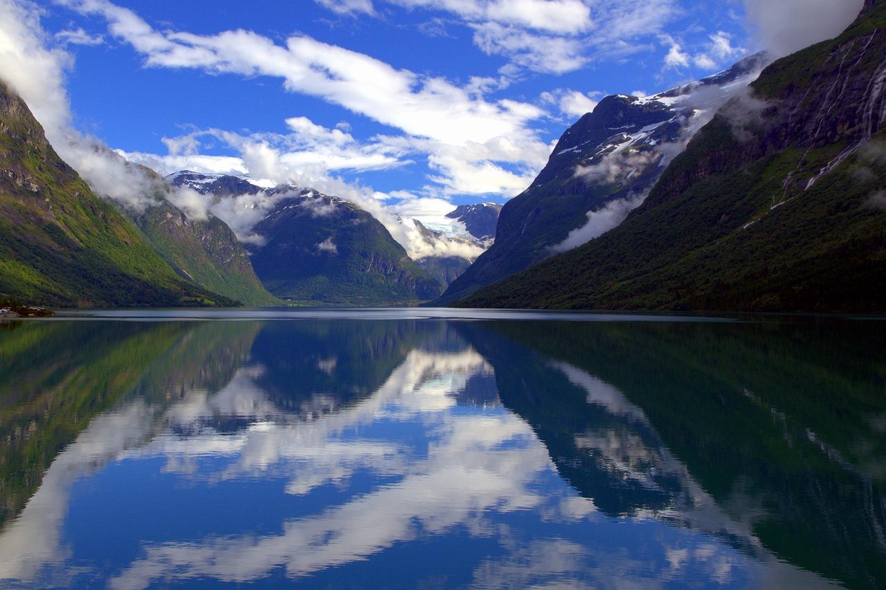 * * *В этих местах, где глубина воды достигает 565 м,  любит рыбачить сам король Норвегии.Но жемчужиной норвежских фьордов этот фьорд называют за королевскую красоту его обрывистых берегов, зеленых долин и волшебных отражений прозрачной  воды.* * *Норд-фьорд,  Западная Норвегия