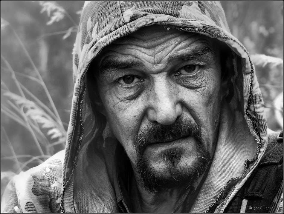 Охотник глаз не отведетИ выдержит твой взгляд в упор.Закурит и неспешно заведетО самом важном разговор...________________________Портрет охотника-сибиряка