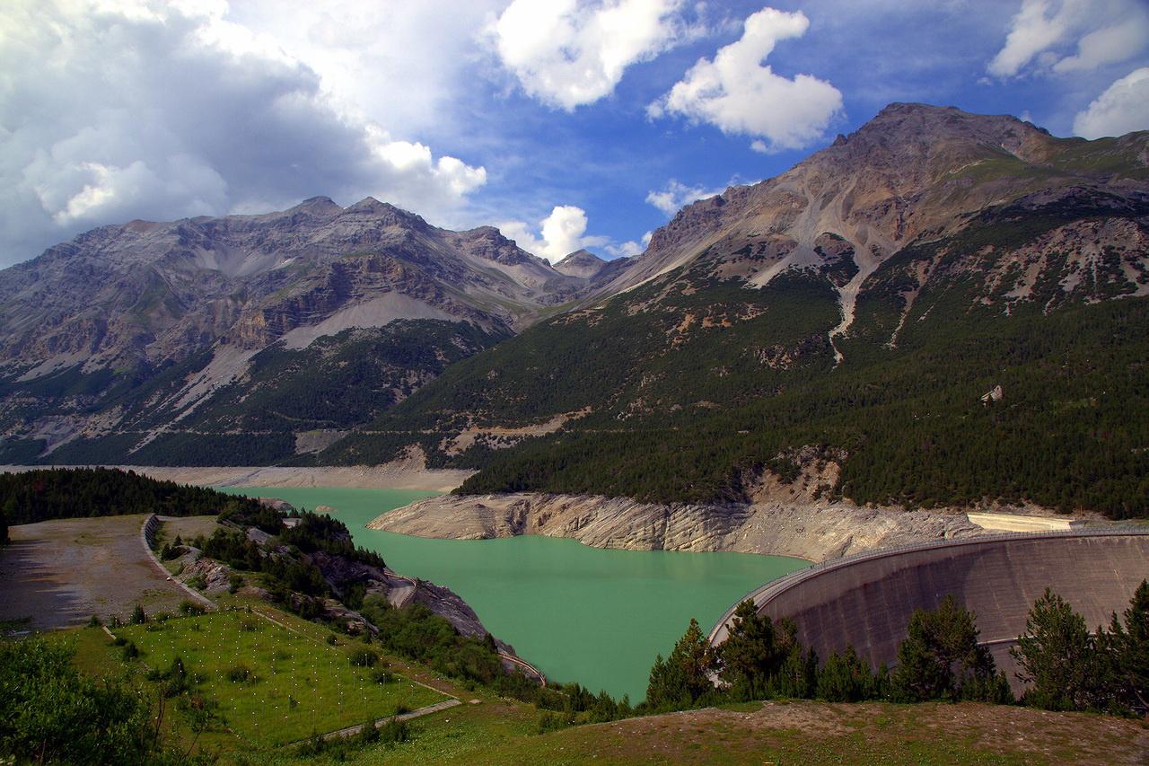 """* * *К этому высокогорному озеру в Национальном парке Стельвио ведет извилистая дорога с 18 крутыми поворотами через перевал Torri di Fraele. Маршрут включен в сайт """"dangerousroads"""" - самых опасных и захватывающих дорог в мире.* * *Озеро Канкано, Ретийские Альпы, Северная Италия"""