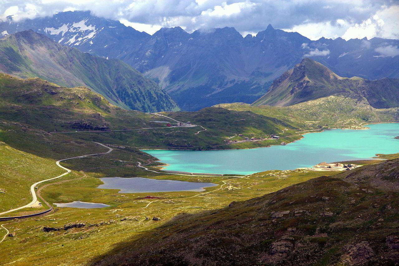"""* * *Вид на горный массив Бернина и 3 озера: Lej Pitschen (Малое озеро), Lej Nair (Черное) и Lago Bianco (Белое озеро).* * *Маршрут """"Перевал Бернина - Дьяволецца"""", Швейцария, Верхний Энгадин, вид с высоты 2610 м."""