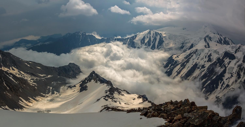 ущелье Кармадон, снимок сделан при восхождении на вершину Шаухох (4636м), высота 4350м, справа за облаками Казбек, ледник Мали, Осетия...