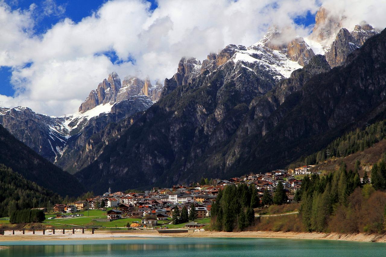 * * *Этот городок с населением в 3600 жителей на высоте 900 м с юга омывается озером Санта Катерина, а с севера окантован горной грядой Доломиты ди Сесто, самым известным массивом Доломитовых Альп.* * *Ауронцо-ди-Кадоре, Южный Тироль, Северные Доломиты, Италия