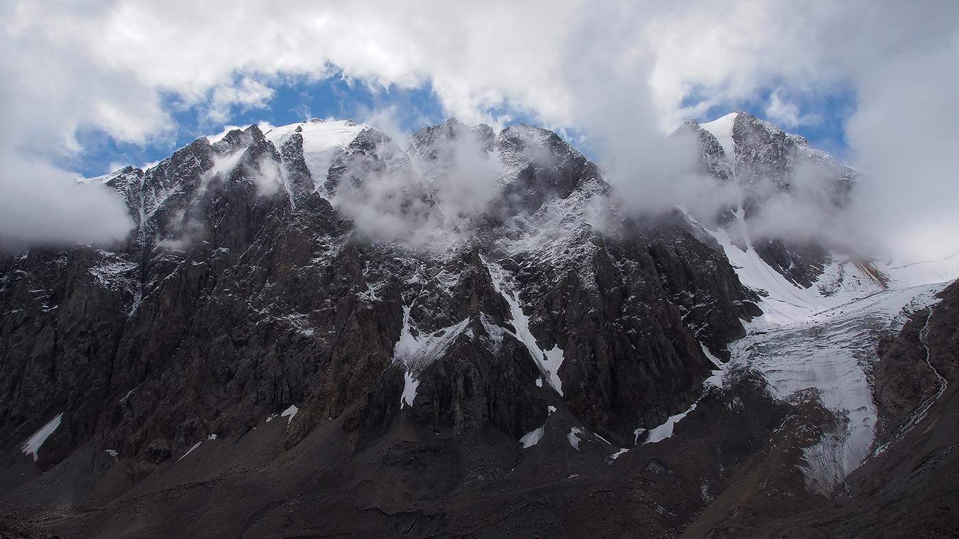 Когда мы шли к леднику Большой Актру, обернувшись назад, увидели эту монументальную гору, Карагаш, великолепное зрелище! Как два полюса-противостояния,белоснежный Актру и черный КарагашИмя Карагаш происходит от алтайского «кара таш» - черный камень. И действительно, летом вершина выглядит как черный купол...Алтай горы Карагаш