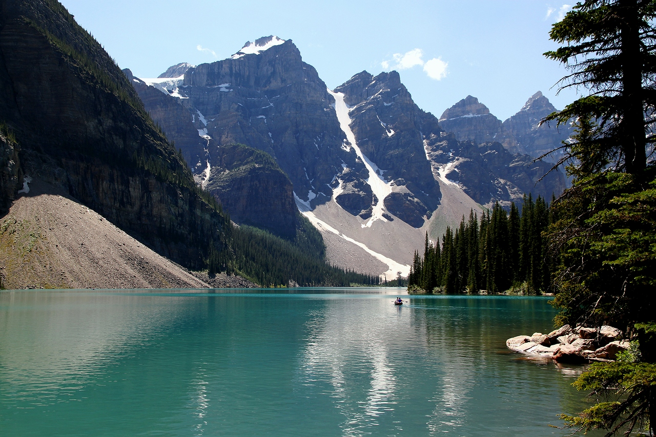 *  *  *Разбираю на запчастиВсе прошедшие года ...Много надо ли для счастья -Горы, лодочка, вода !*  *  *Ледниковое Озеро Морейн, Долина 10 пиков, Rocky Mountains, Канада