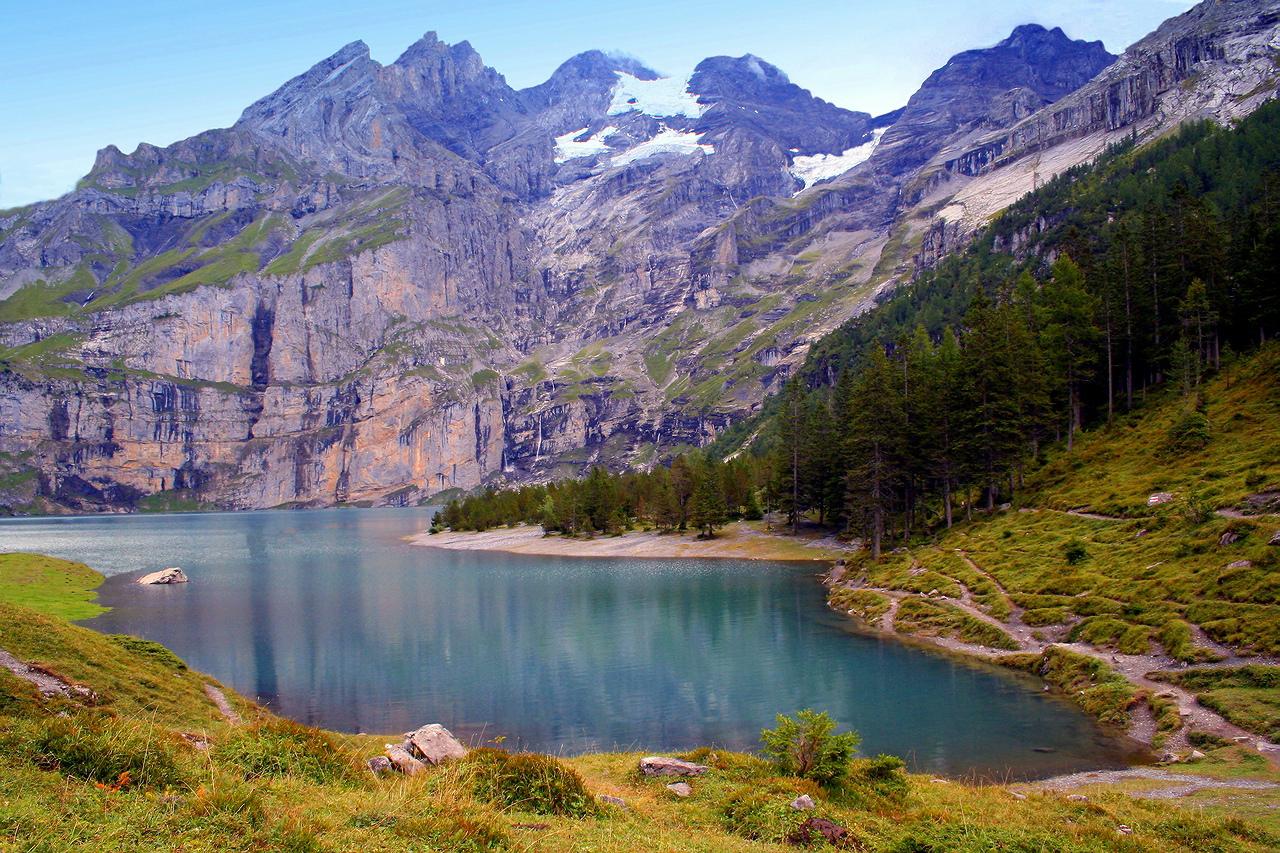 """* * *""""Озеро — самая выразительная и прекрасная черта пейзажа. Это око Земли, и, заглянув в него, мы измеряем глубину собственной души."""" Генри Дейвид Торо* * *Озеро Эшинензе, объект Всемирного наследия ЮНЕСКО, регион Юнгфрау-Алеч, кантон Берн, Швейцария."""