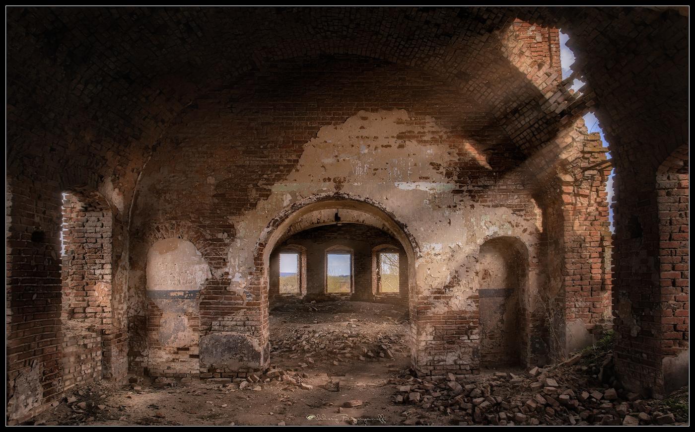 Маленькие радости старого храма. Ведь даже в разрушенную стену, может литься свет...