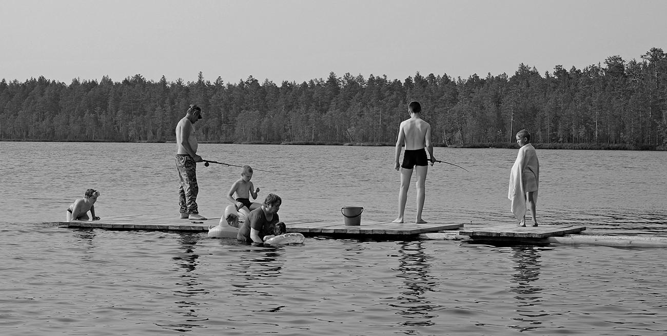 """Водоем, который стал могилой. Недалеко от северного поселка Кривляк расположено озеро Сибулон. На его дне покоятся останки тысяч политзаключенных .СибУЛОН - это """"Сибирское управление лагерей особого назначения""""."""