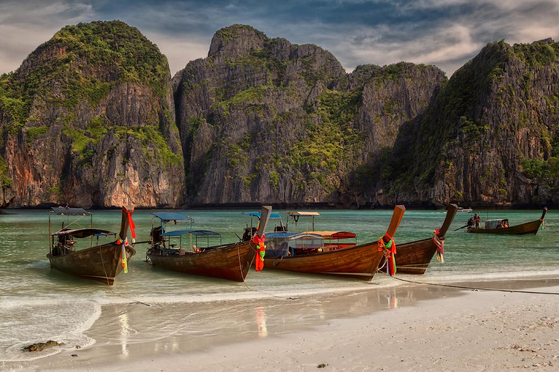 Бухта Майя-Бей на острове Пхипхи-Лей.Тайланд. Когда-то это был райский пустынный пляж,скрытый в бухте и почти со всех сторон окруженный высокими отвесными скалами. Если не знать, что тут есть пляж, не так то просто его найти с моря.Этот пляж обрел популярность у туристов после выхода в 2000 году фильма «Пляж» с Леонардо Ди Каприо. И теперь многие, после просмотра фильма, стремятся посетить это место в Таиланде.Поэтому сейчас найти точку съемки,чтобы передать красоту этого райского места,нелегко. Надеюсь мне это удалось)