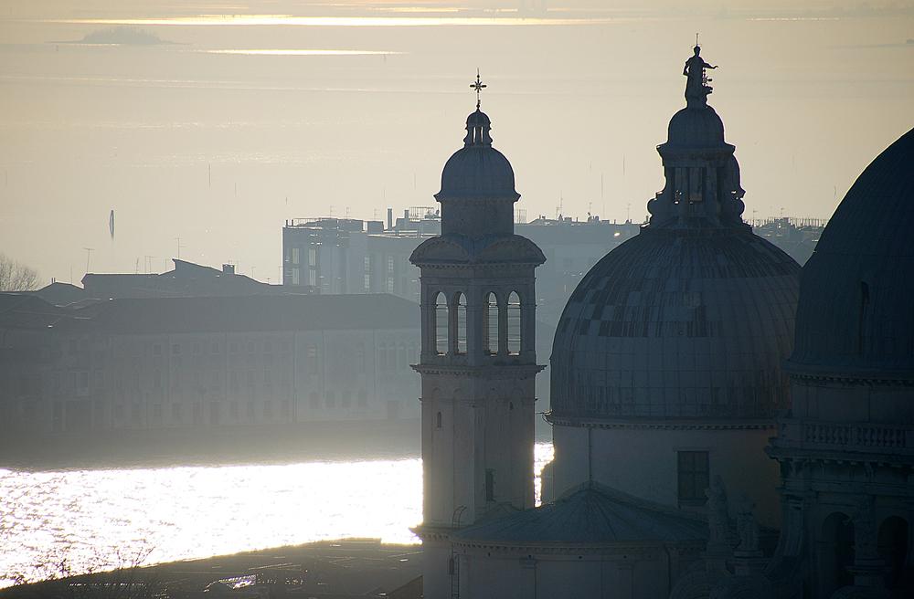 Вот так, слегка в дымке солнечной, представляется лагуна Венеции днём декабрьским.