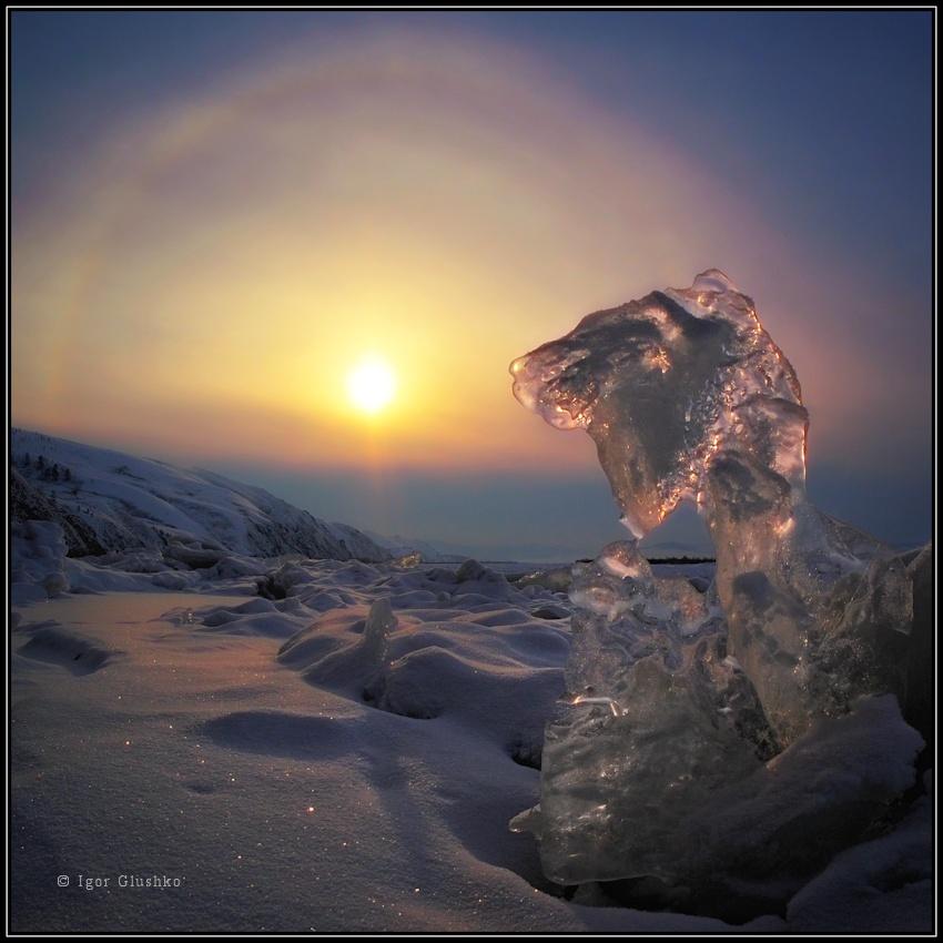 Безошибочно узнаваемый профиль из льдинки на застывшей реке и солнечное гало.Бурятия