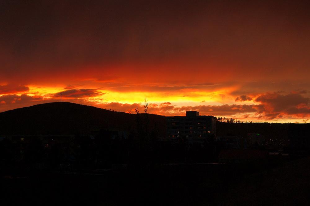 яркий закат и пасмурное небо