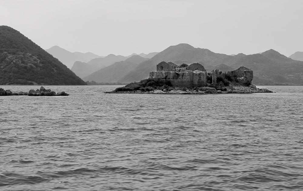 Руины крепости на острове Грможур. Скадарское озеро. Черногория 19.07.17г.