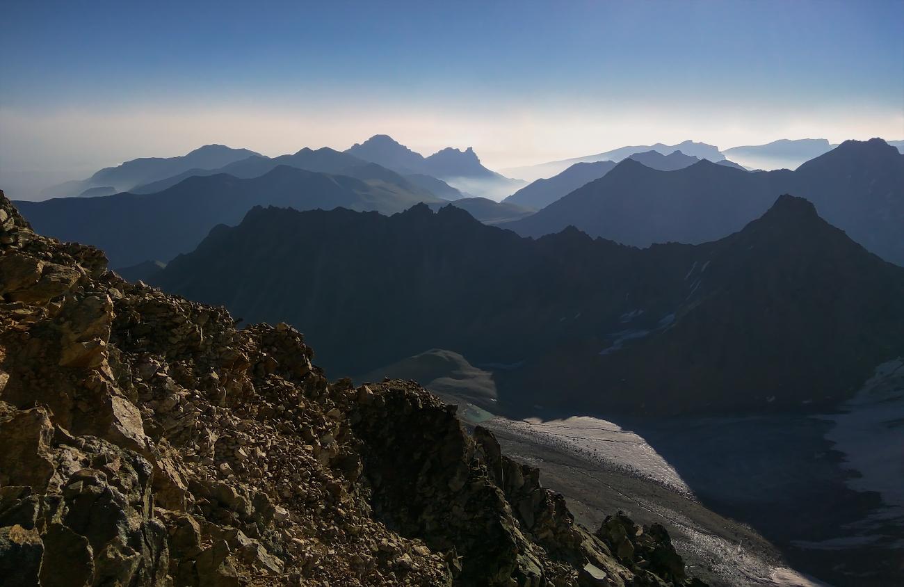 снимок сделан при восхождении на вершину Укю (4350м), вид на ущелье Укю, Думала, район Безенги, Кавказские горы...