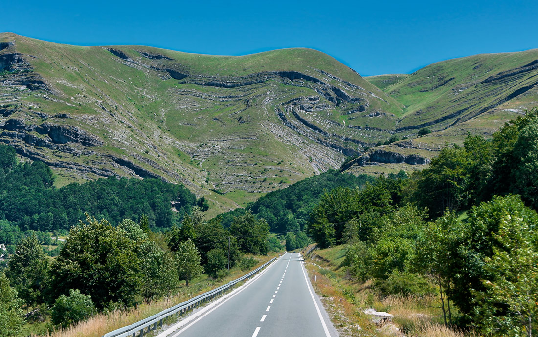 Причудливые линии скальных пород. Национальный парк Дурмитор. Черногория. 11.07.17г.