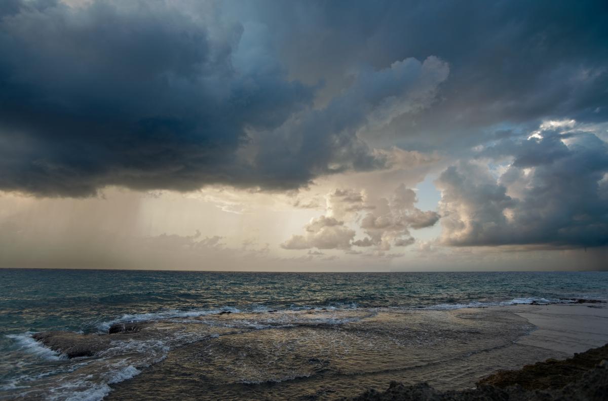 Средиземное море. Буквально через пять минут после этого кадра дождь домчался до берега и заставил фотографа позорно отступить.Nikkor 20-35 F2.8