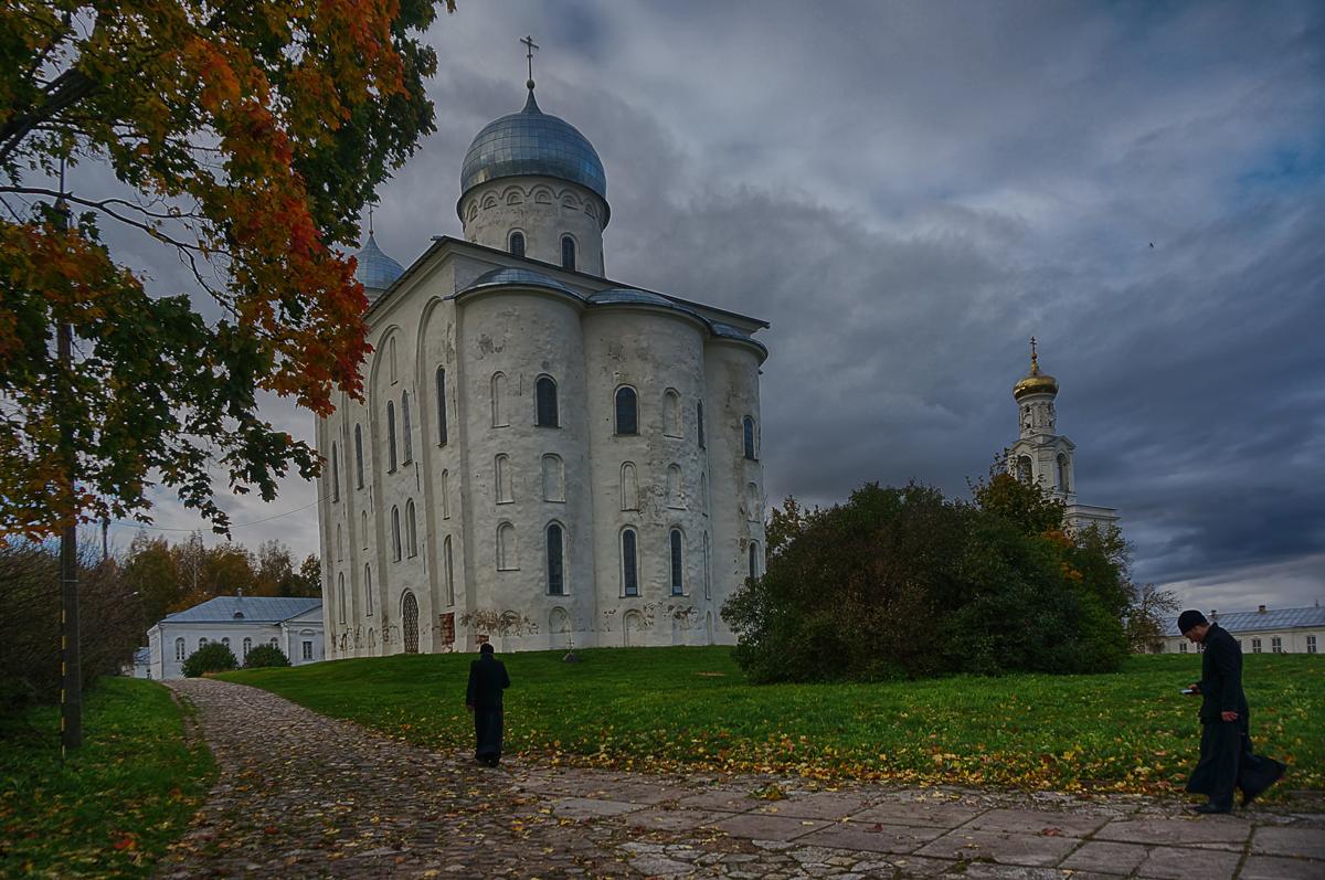Юрьев монастырь под Великим НовгородомЯ общался с монахами, и выяснилось, что молитву очень удобно читать со смартфона