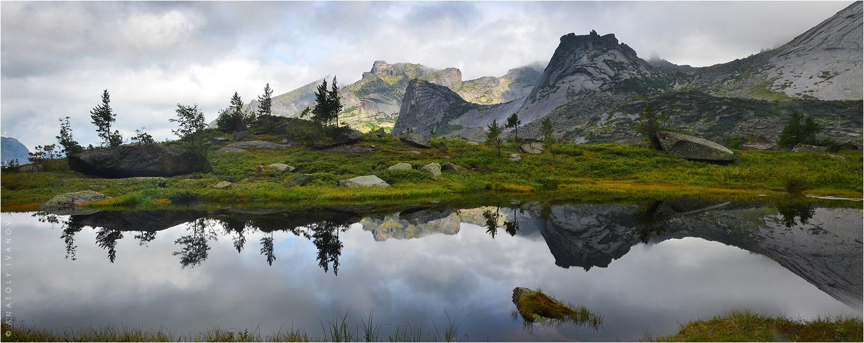 Озеро Ласточка в Ергаках отражает в своем зеркале гору Парабола