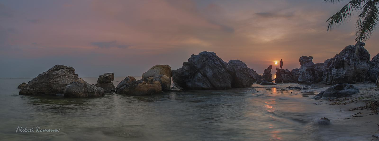 """Фукуок — самый большой остров Вьетнама. Площадь острова 574 км², длина - около 50 км., ширина - 27 км (в самом широком месте). Во Вьетнаме остров также называют """"Жемчужным островом"""" и """"Островом закатов""""."""