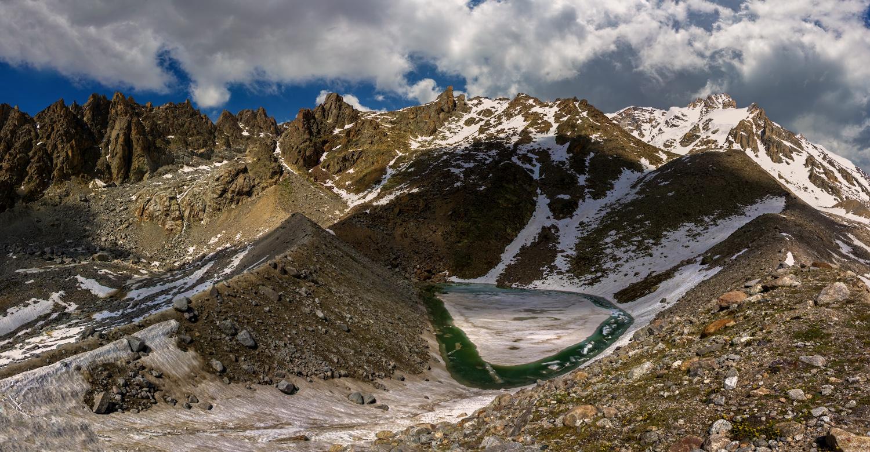 Изумрудное озеро (Живое) расположено на высоте 3500м. в ущелье Куллумкол, Кавказские горы, Балкария...