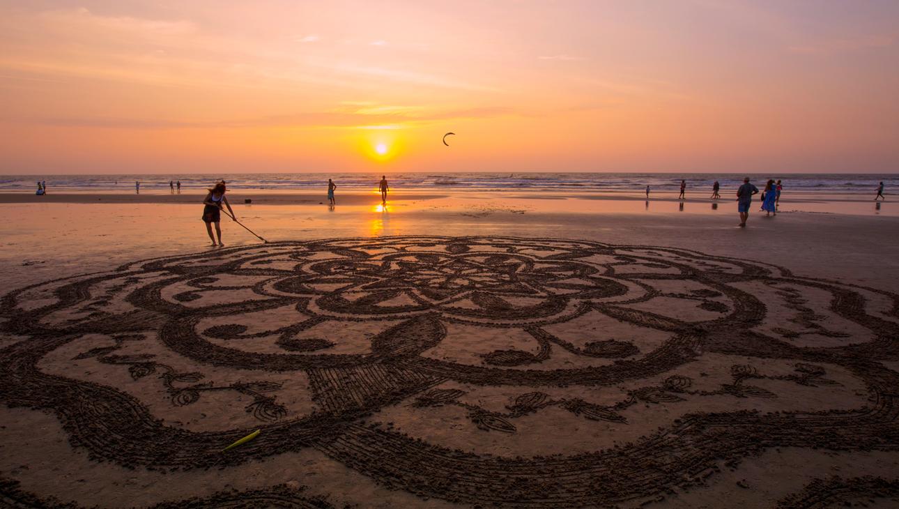 """Индия.Гоа.Арамболь.Едва художник успевает реализовать свой замысел, как волны прилива стирают его творение, а """"холст"""" вновь выглядит первозданным и свежим."""