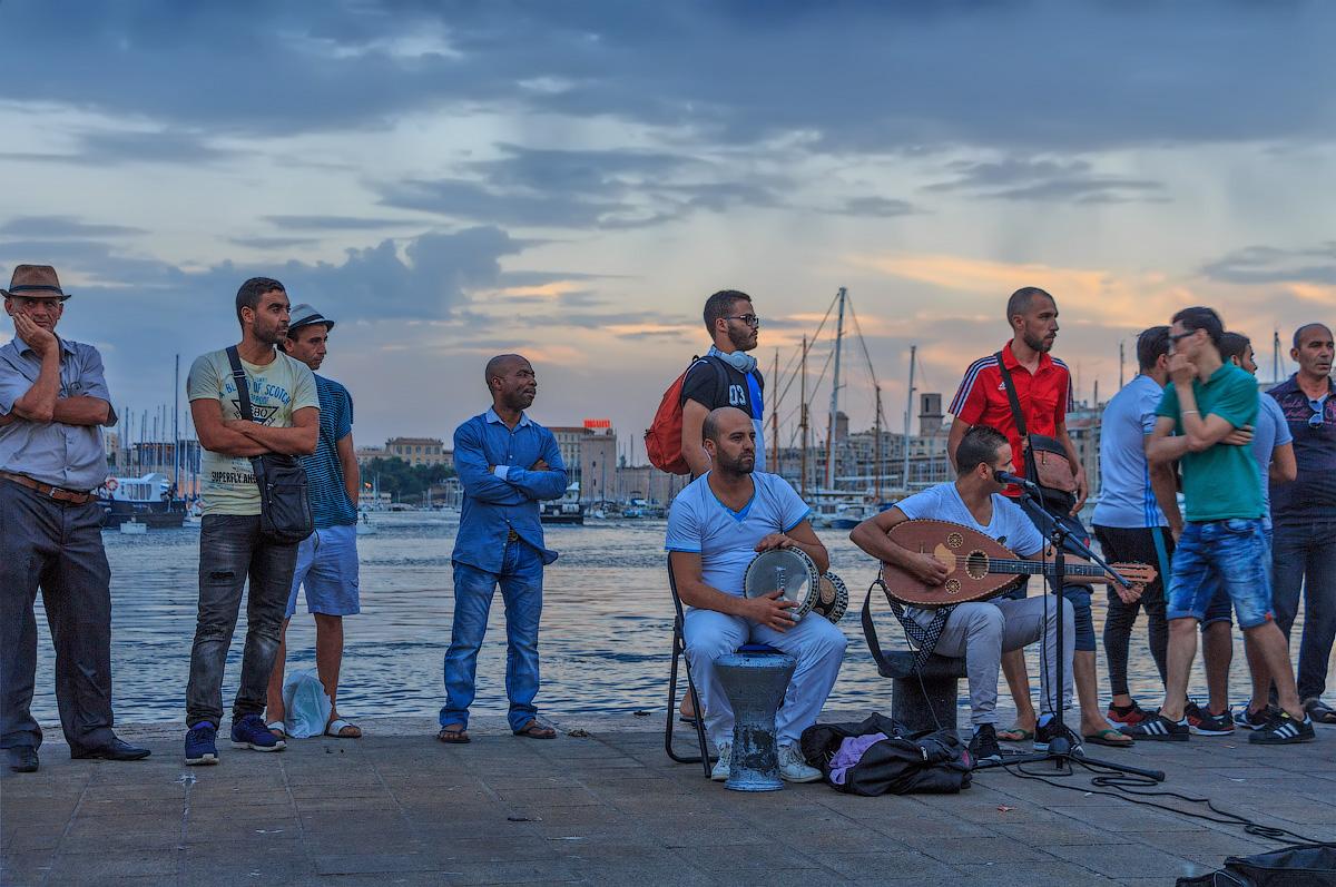 Вечер на набережной в Марселе. Кажется впервые в жизни слушала арабскую музыку. Она оказалась удивительно красивой.