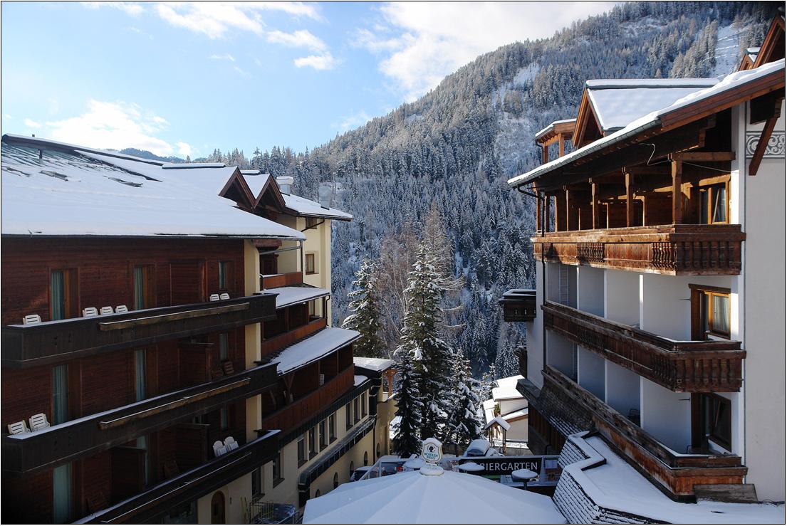 Мощный ураган, обрушившийся на Западную Европу, сорвал середину лыжного сезона в Альпах. Не горят окна  многочисленных горных гостиниц, пусты обычно заполненные лыжами балконы, не мелькают яркие костюмы симпатичных лыжниц.