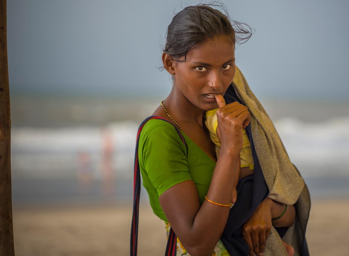 """Индия просто соткана из контрастов. Сладкое и острое, богатое и нищенское, ароматное и зловонное.«Мадонны» (попрошайки с детьми) - один из наиболее прибыльных образов.во всех крупных городах Индии, и прежде всего в Мумбаи, процветает """"мафия попрошаек"""","""