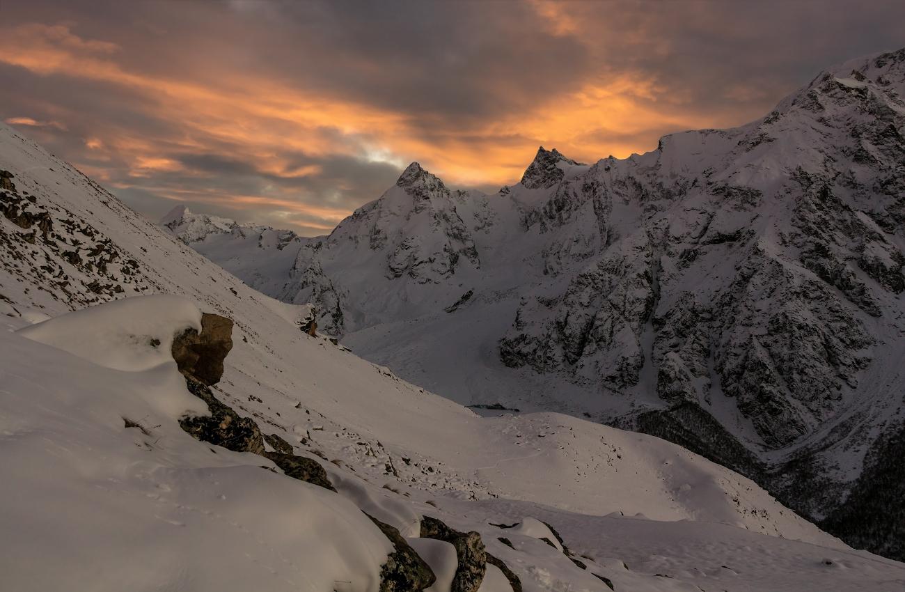снимок сделан при спуске с перевала ВЦСПС (3700м), вершины Гумачи, Джантуган, Башкара, Уллукара, Кавказские горы, ущелье Адылсу...