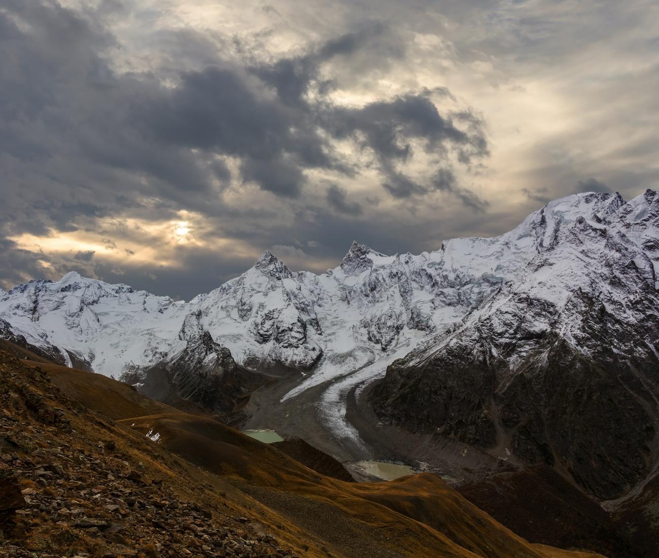 снимок сделан при восхождении на вершину Курмачи (4170м), внизу озеро Башкара, ущелье Адылсу, вершины Башкара, Джантуган , Балкария...