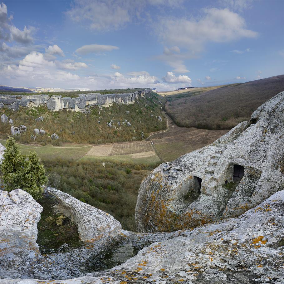 Эски-Кермен (Старая Крепость) - ранне-средневековый город-крепость спрятавшийся в горах Крыма был разрушен до основания, опустел, был забыт и имени своего не сохранил. Спустя долгие годы обнаруженным его остаткам и было дано нынешнее название.