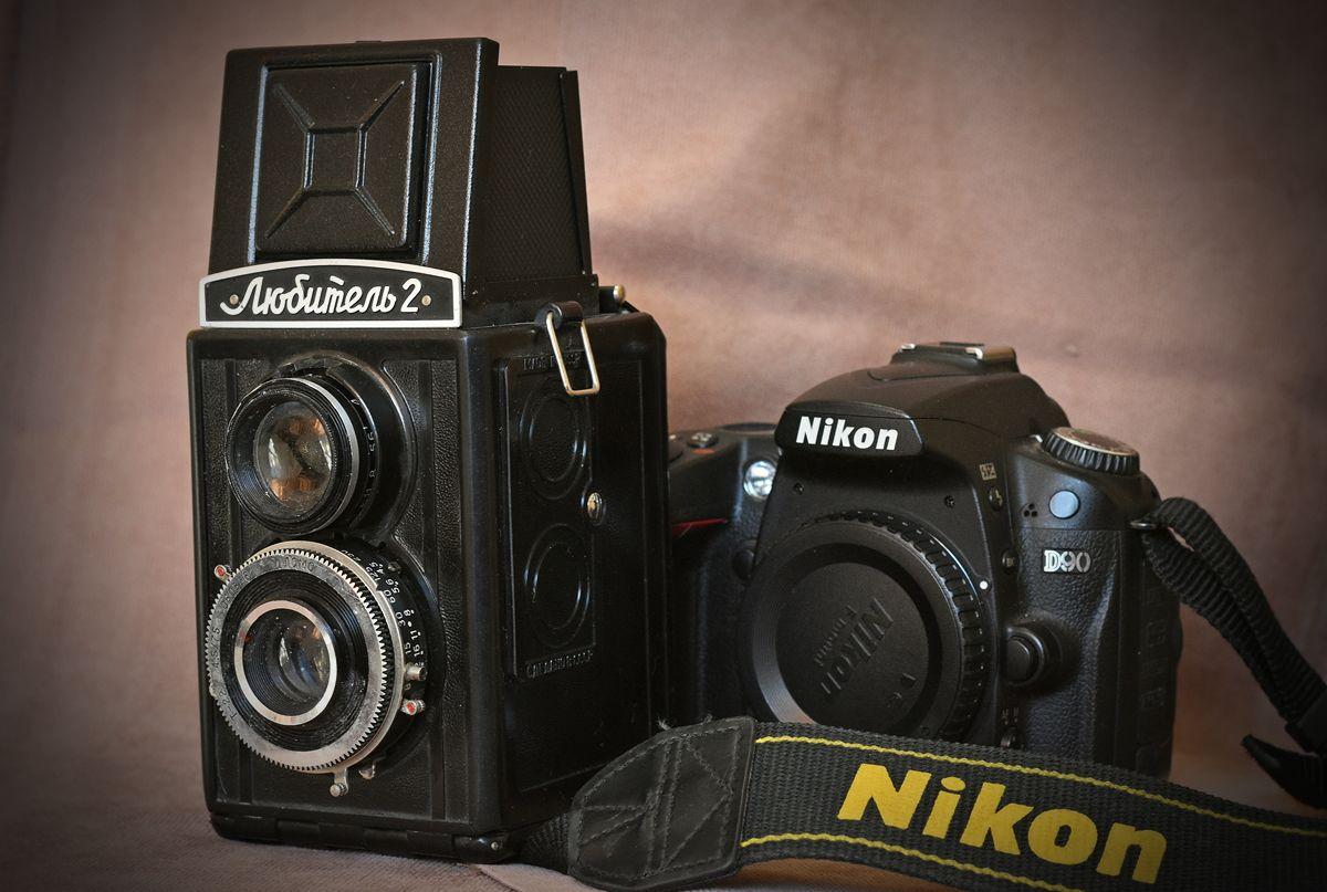 Любитель-2, 1955-1979, ГОМЗ. Модификация фотоаппарата «Любитель». Среднеформатный двухобъективный зеркальный фотоаппарат. Центральный затвор. Плёнка типа 120, размер кадра 6Х6 см. Наличие автоспуска и синхроконтакта, произведено 2.232.245 штук.