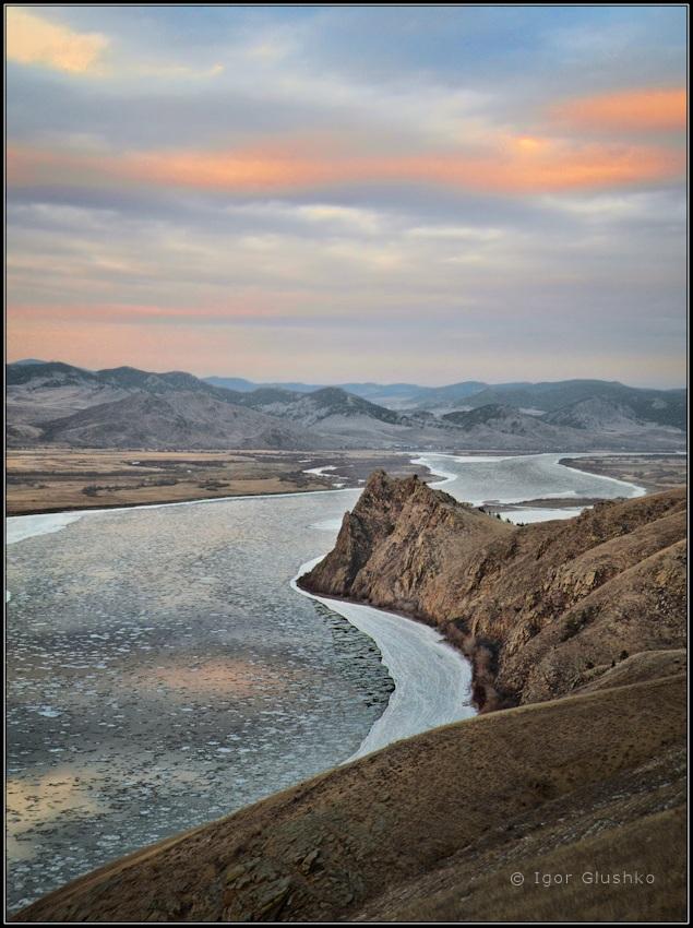 Приятно стоять на высокой гореИ, мыслями где-то витая,Смотреть как кружится Ноябрь в реке,Из льдинок узор собирая..._____________________________Ноябрь в Бурятии.