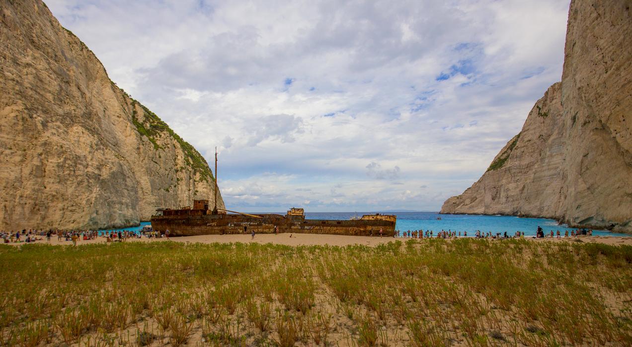 Многие туристы со всех концов света приезжают в бухту Навагио, чтобы попытаться разгадать тайну кораблекрушения и поискать сокровища. Ярко-лазурные воды бухты Навагио манят отчаянных романтиков. Но добраться до пляжа можно только по воде. Вода здесь насыщенного голубого цвета из-за большого количества меловых отложений на дне моряhttp://www.lensart.ru/picture-pid-733ba.htm - вид сверху.