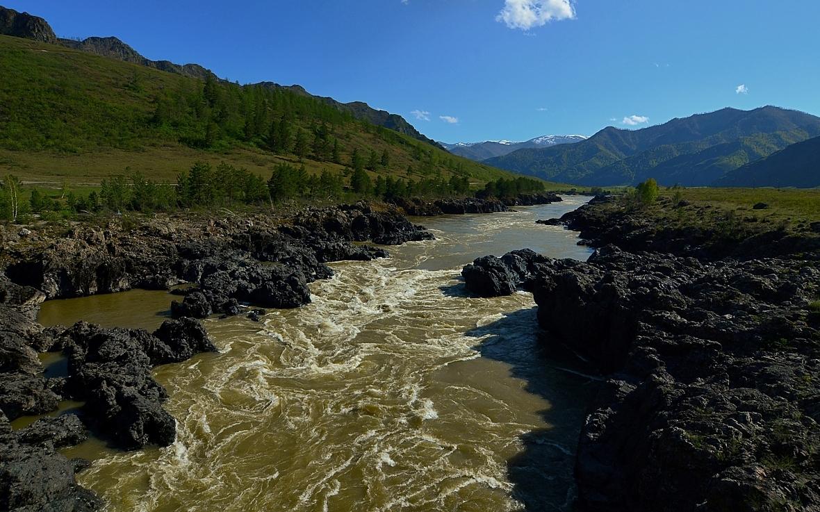 Середина мая.Русло горной реки проходит по тектоническому разлому. Река здесь наиболее глубокая и узкая.16.05.18.