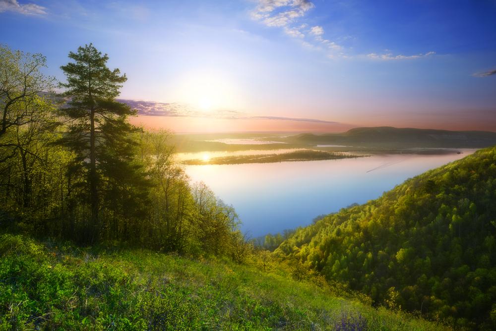 Утро в цвет мая, в цвет молодой листвы.