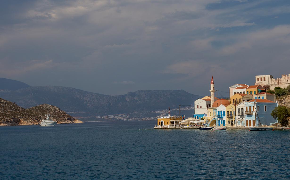 Греция.Кроха–островок Кастелоризо , чуть более 9 км2, похожий на маленькую морскую каплю.