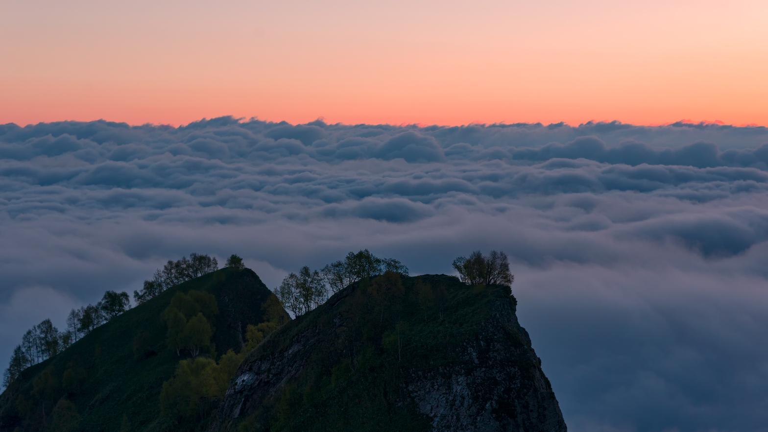Наш лагерь находился на склоне Малого Тхача ,рано утром удалось наблюдать такую картинус облаками и разгорающимся рассветом .