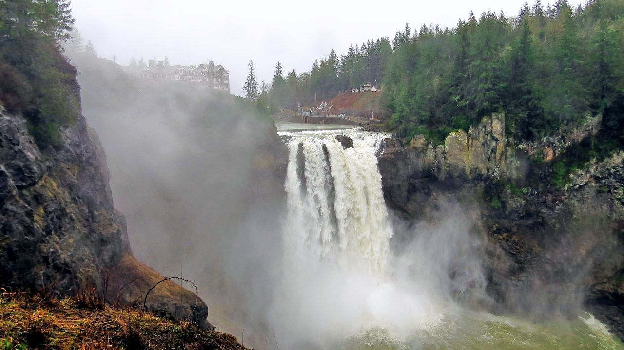 """Водопад  «Snoqualmie Falls» находится на реке Сноквалми в американском штате Вашингтон. Его высота достигает восемьдесят два метра, что на целых тридцать метров выше знаменитого Ниагарского водопада.Для полноты ощущений от поездки, мы сняли номер в отеле """"Хорна"""" над водопадом. Он же отель Salish Lodge & Spa."""