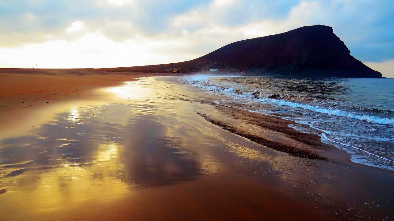 Пляж Техито. Самый длинный и самый широкий пляж Тенерифе.Единственный на острове с природным мелким желтым песком, принесенным ветром с Африканского континента.