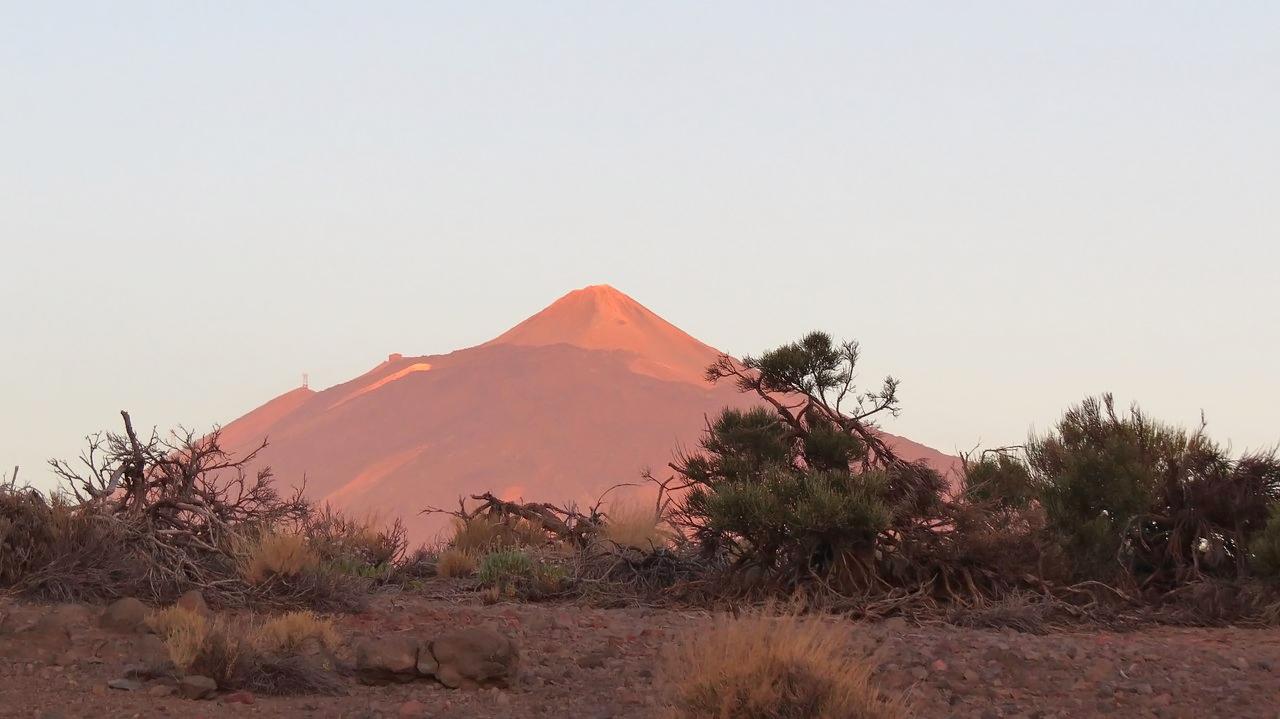 Вулкан Тейде в лучах восходящего солнца.Канары. Тенерифе.