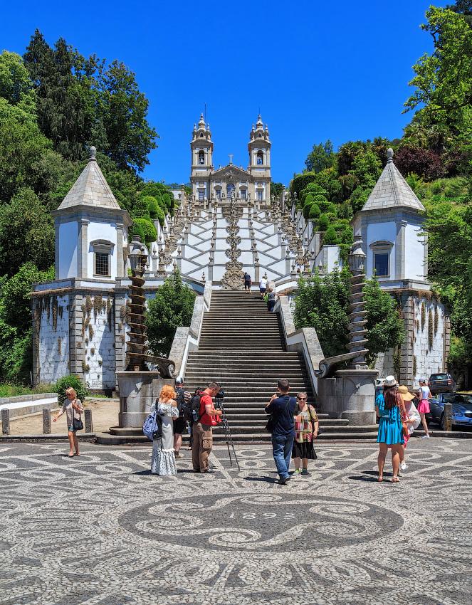 Святилище Бон-Жезуш-ду-Монти (Santuario do Bom Jesus do Monte) — уникальный архитектурный комплекс на склонах горы Эшпинью в семи километрах от центра португальского города Брага. Состоит из большого живописного парка, великолепного храма и ведущей к нему необычной лестницы Via Sacra из 591 ступенек.