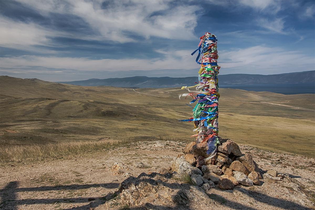 Снято на острове Ольхон, что на Байкале.Сэргэ — это ритуальные столбы у бурятов и якутов. Установленное сэргэ означает то, что у этой местности есть хозяин. Сэргэ ставится в особо почитаемых местах, там, где живут духи, а также в месте проведения обряда посвящения в шаманы.