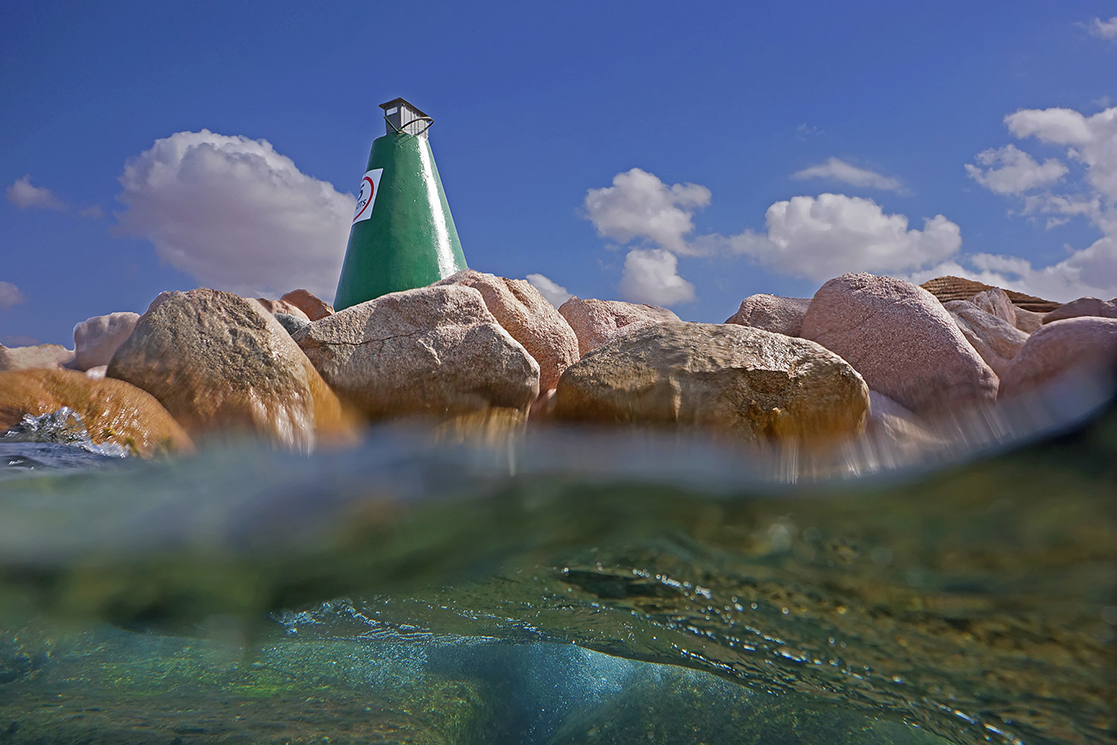 Сплит-фотография- компоновка на одной фотографиичасти подводного вида и части надводного пейзажа.В профессиональной среде называется как «split-приём», он же «50/50»Красное море