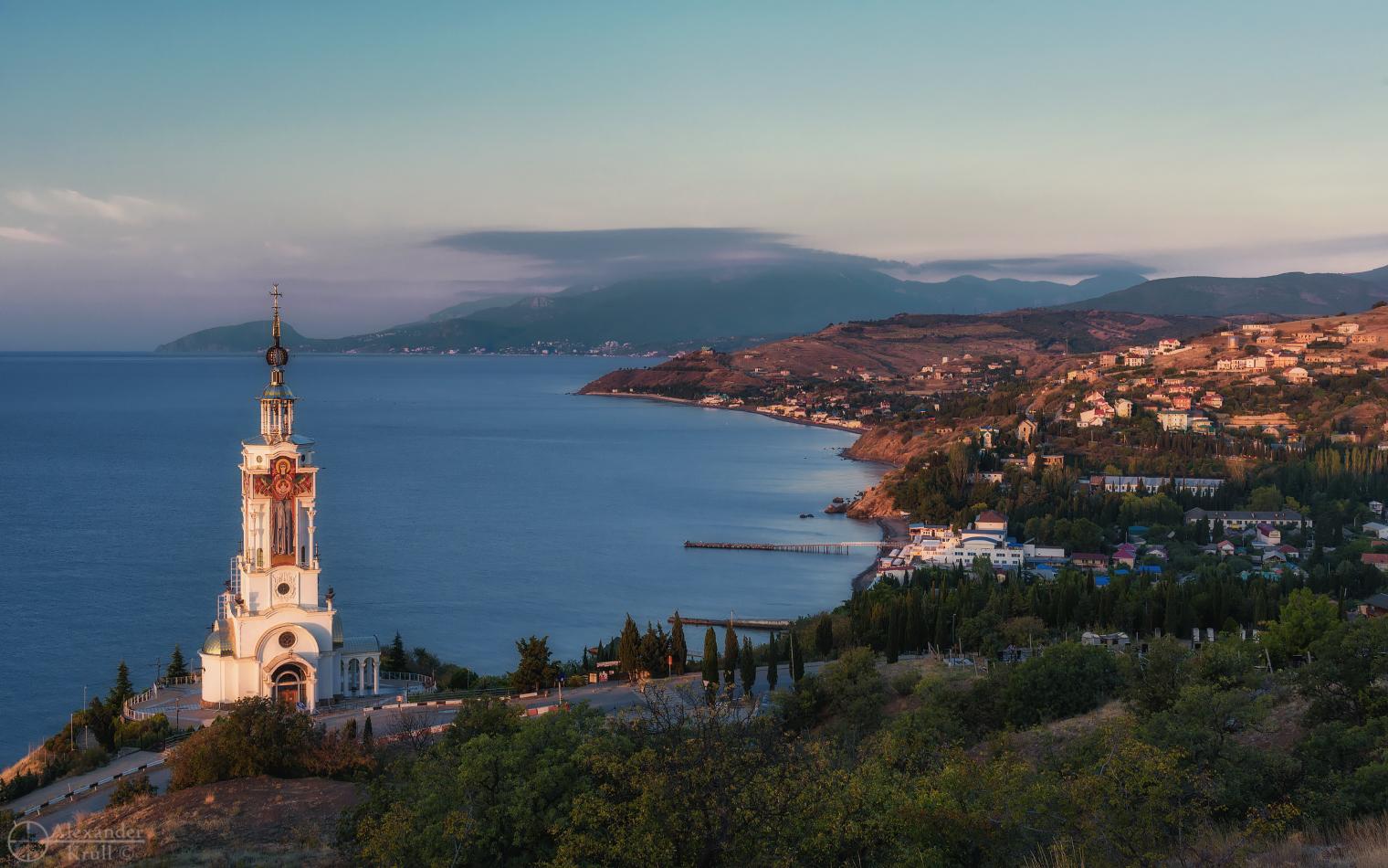 Крым, окраины пос. Малореченского, храм-маяк Николая Чудотворца.