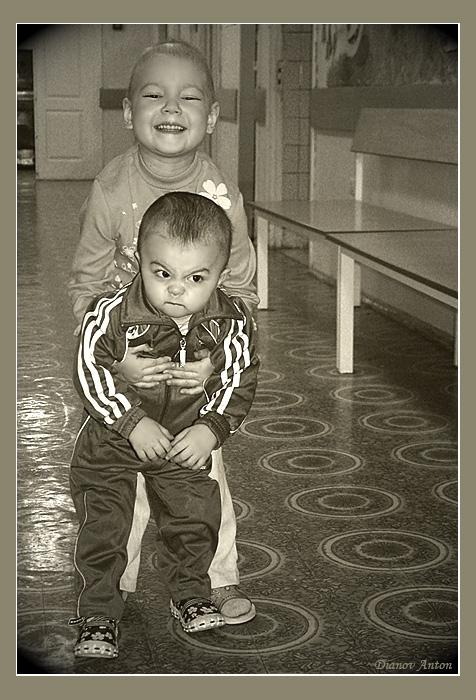 """РДКБ- Российская детская клиническая больница, отделение онкологии.... их не бреют... волосы выпадают во время химиотерапии... многие из них в парулетнем возрасте вынужденны получать """"взрослую"""" долю... а обычный """"пчих"""" посторонего грозит им летальностью..."""